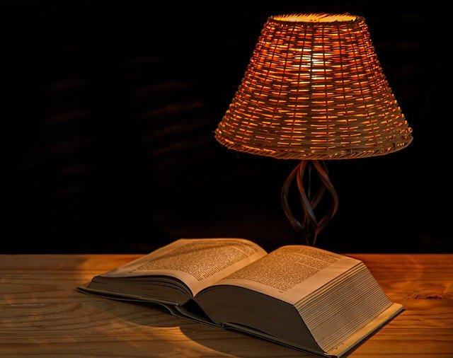 lampička a kniha